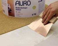 Starke Klebkraft aus der Natur: AURO Bodenbelagskleber