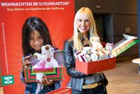 """Pressemitteilung: 20 Prominente füllen Jubiläumspäckchen für """"Weihnachten im Schuhkarton®"""""""