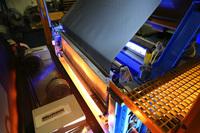 Effiziente Infrarot-Wärme spart Platz und Energie beim Kunststoff-Laminieren von Stahl