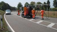 Moderne Riss-Sanierung im Asphaltstraßenbau
