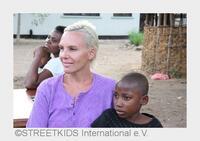 Natascha Ochsenknecht unterstützt STREETKIDS International e.V.   15 Jahre erfolgreiches Engagement für Waisenkinder in Tansania