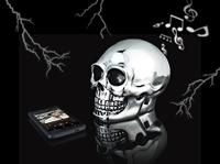 auvisio Bluetooth-3.0-Lautsprecher im schweren Totenkopf, silbern