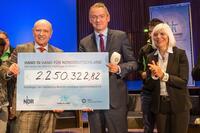 """2,25 Mio Euro Spenden: NDR Aktion """"Hand in Hand für Norddeutschland"""" für Flüchtlinge im Norden"""