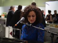 Fensterbau Frontale 2016: Ellen Kamrad vermittelt Pianistin Lenny Pojarov an die profine Group