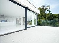 """Über den """"Schatten"""" springen: Neue Drainrostauflage von Gutjahr setzt Design-Maßstäbe für Balkone und Terrassen"""