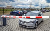 Unverwechselbare Schranke auf Mitarbeiterparkplatz
