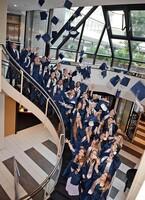 Absolventen der ISR International School on the Rhine in Neuss übertreffen beim Abschluss-Diplom den weltweiten Durchschnitt deutlich