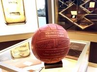 showimage 50 Jahre Wembley-Tor! Degussa versteigert signierte Fußbälle und Wembley-Medaille für guten Zweck