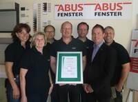 Salamander und ABUS-Fenster feiern 20-jährige Partnerschaft