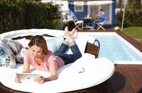 Surfen im Garten? Mit devolo dLAN® Powerline das WLAN-Netz bis zum Pool und Grill erweitern