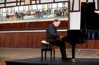 Konzertpianist Yuri Rozum gibt Konzert für Startup-Förderung