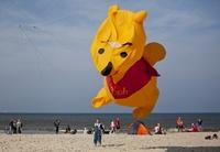 """Drachen-Festival: Spektakuläre """"Wind-Kunst"""" am Strand von Texel"""