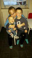 Petra Assert tröstet Kinder und Jugendliche