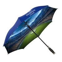 Ein ganzes Stadion unterm Regenschirm