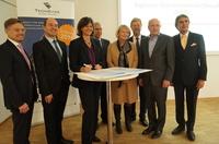 Ilse Aigner übergibt Förderbescheid für Digitales Gründerzentrum Oberpfalz DGO