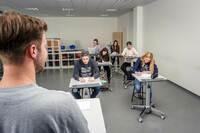 Innovatives Klassenzimmer - besser Lernen durch Bewegung mit Steh-Sitz-Tischen