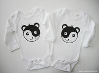 Zwillingsbodys mit bezaubernden Yin-Yang-Motiven erscheinen gemeinsam mit den Wiener Pandazwillingen