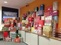 """Kunden und Mitarbeiter packen 1.677 """"Geschenke mit Herz"""" für bedürftige Kinder"""