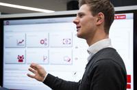Die Kombination aus Lean und Industrie 4.0: in-GmbH stellt sphinx open Digital Teamboard vor