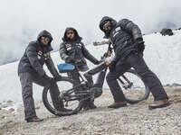 Canesten® Extra unter Extrembedingungen: Tour auf den Vulkan! TV zeigt Bericht über spektakuläre E-Bike-Expedition