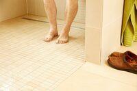 Barrierefreie Badsanierung: Nur eine Dusche mit Pumpe sichert null Zentimeter.    GANG-WAY-Geschäftsführer Christian Jacobs fordert konsequente Umsetzung der Pflegerichtlinien zur Förderung schwellenloser Duschen