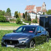 Pferdeanhänger-Zugfahrzeug Maserati Levante auf Mit-Pferden-reisen