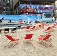 Berliner Agentur verwandelte mit 120 Tonnen Sand das Sony Center in den Strand von Malibu
