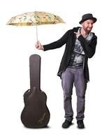 Knirps tanzt mit Ben Black im Regen