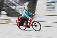 rotes Fahrrad mt Fahrer während der Fahrt