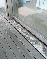 Für Terrassendielen: Ultraflache Gutjahr-Drainrinne schützt Türanschlüsse