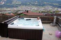 Luxus-Whirlpool verwandelt Garten in eine Wohlfühl-Oase