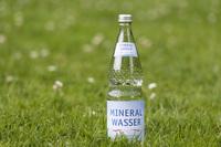 Mineralwasser perfekt verpackt: Die Abfüllung in Flaschen sichert die hohe Qualität