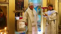 Erzbischof Tichon von Podolsk zelebriert Messe in Alexander-Newski-Gedächtniskirche