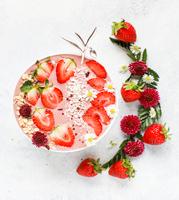 Erdbeer-Frühstücks Bowl: Ein fruchtig-frischer Start in den Tag