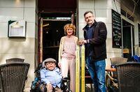 Gelbe Seiten und Sozialhelden e.V. sorgen für Barrierefreiheit: Cafe Rizz in Berlin - und 50 weitere Gewinner - erhalten eine mobile Rampe