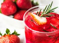 Ein erfrischender Erdbeer-Rosmarin-Eistee