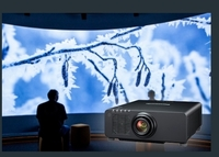 Panasonic präsentiert neuen lichtstarken Projektor für Festinstallationen