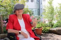 Halbseitig Gelähmte üben mit VR-Brille in virtuellen Welten
