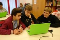 E wie einfach unterstützt digitale Chancengleichheit: Kids der Kölner Arche programmieren Computerspiel mit der Codingschule junior
