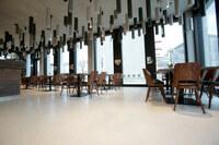 Geschichtsträchtiger Ort am Kanalufer: Restaurantgestaltung in Berlin mit Terrazzoboden von Ardex