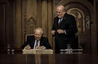 Dr. Hans-Wolfgang Tyczka trägt sich in das Goldene Buch der Stadt Görlitz ein