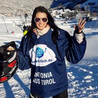 Antonia aus Tirol stürzt im Kajak über eisige Piste.