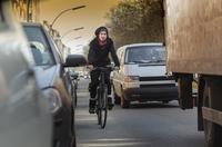 Holländischer Griff: Wie Autofahrer Radler schützen können - Tipp der Woche der ERGO Versicherung