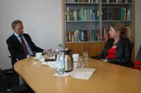 Die Landtagsabgeordnete Annette Schütze lernt die DSMZ in Braunschweig kennen