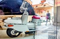 Prag entdecken mit dem Elektro-Roller: Hotel Josef präsentiert die E-?ezeta