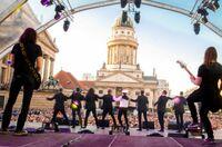 Singend für Vertrauen werben: Der Turetsky-Chor und das Ensemble Soprano begeistern Tausende Zuhörer auf dem Berliner Gendarmenmarkt