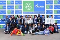"""Junge Botschafter aus der ganzen Welt treffen zur Teilnahme an den Finalveranstaltungen des Programms """"Fußball für Freundschaft"""" in Madrid ein"""