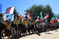 """Junge Teilnehmer des Programms """"Fußball für Freundschaft""""  lernen einander im internationalen Lager für Freundschaft in Madrid kennen"""