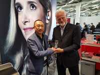 "showimage ULTRASONE verleiht ""Distributor Of The Year"" Award 2019 an chinesischen Vertriebspartner"