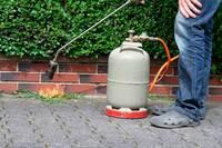 Abflammgeräte: Unkraut vernichtet - Hecke in Brand